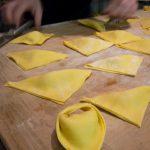 Piegate a triangolo e chiudete, avendo cura di bagnare prima il lato della pasta