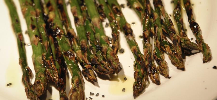 Asparagi grigliati con sale nero ed olio d'oliva