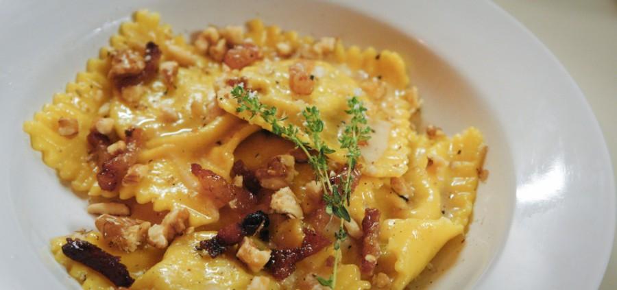 Ravioli ricotta e noci con crema di formaggio, guanciale e timo