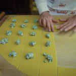 I quadrotti con ripieno pronti per essere piegati come tortelloni