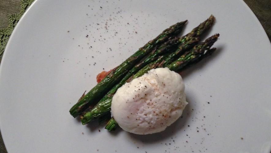 Asparagi con uovo in camicia su pennellata di salsa miso