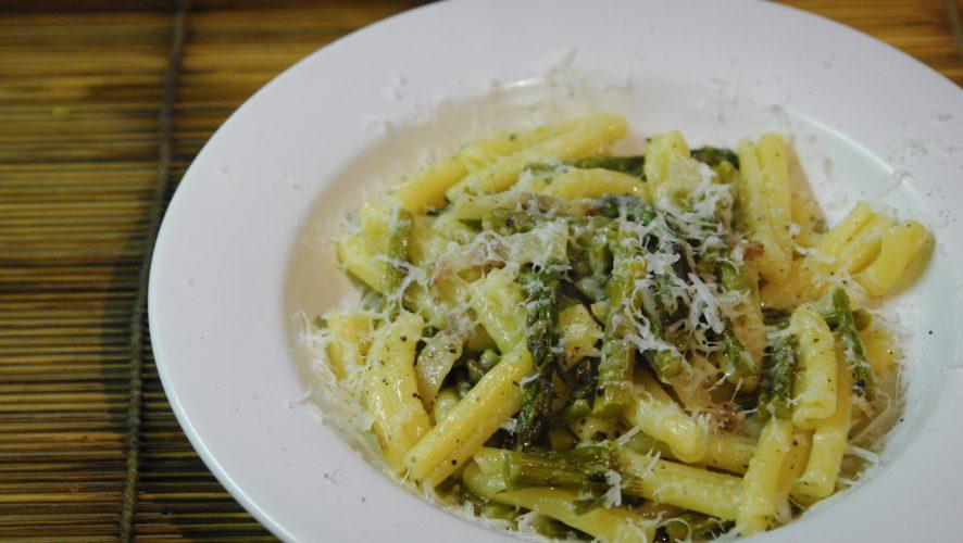 Pasta con asparagi, guanciale e formaggio di fossa