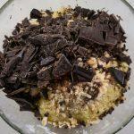 Aggiungere cioccolato, fave di cacao e nocciole