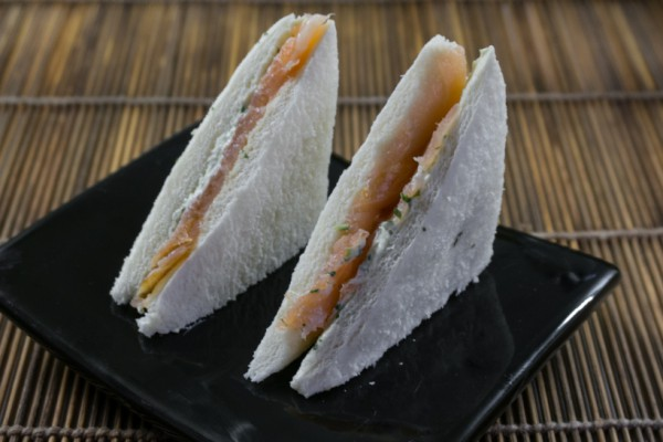 Mini sandwtch con salmone alla menta, basilico e wasabi